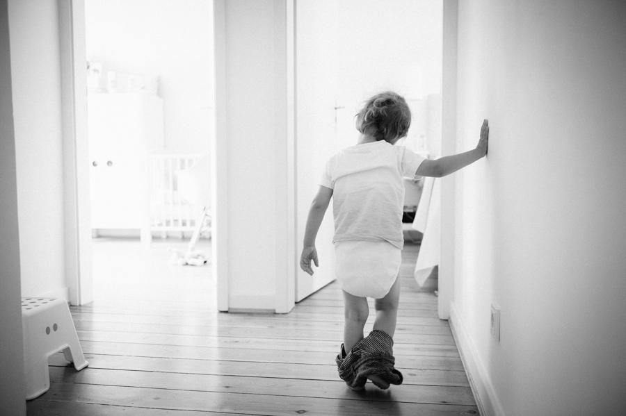 Kind, Windel, schwarz-weiß, Fotograf Kathrin Stahl, wertvolles Foto