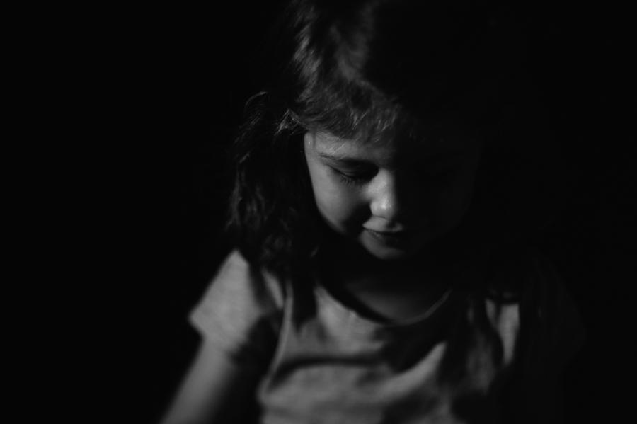 Kinderportrait, schwarz-weiß, natürlich, Fotograf, Kathrin Stahl